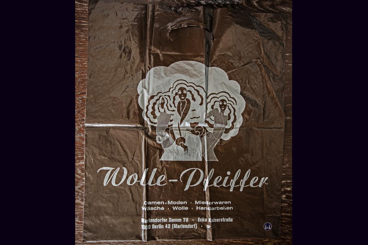 Wolle-Pfeiffer, Berlin Mariendorfer Damm. Kunststoff-Tragetasche Fa. Gebr. Fricke.