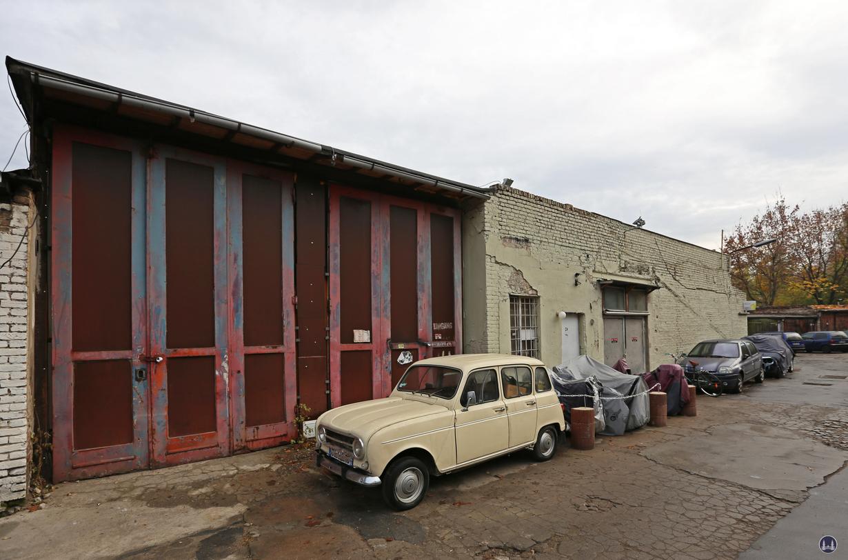 Blick auf den Mittelbau des Garagengeländes