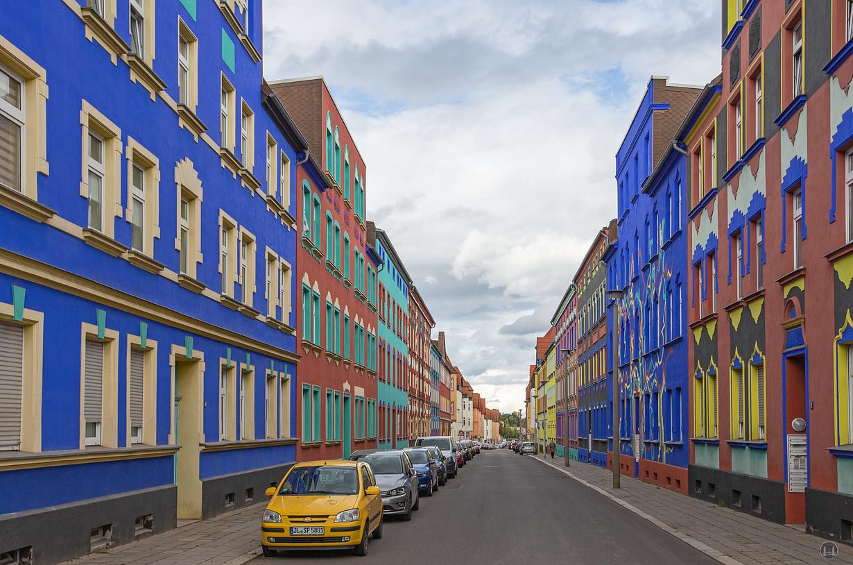 Blick in die Otto-Richter-Straße in Magdeburg mit den bunten Hausfassaden Bruno Tauts und Carl Krayls...
