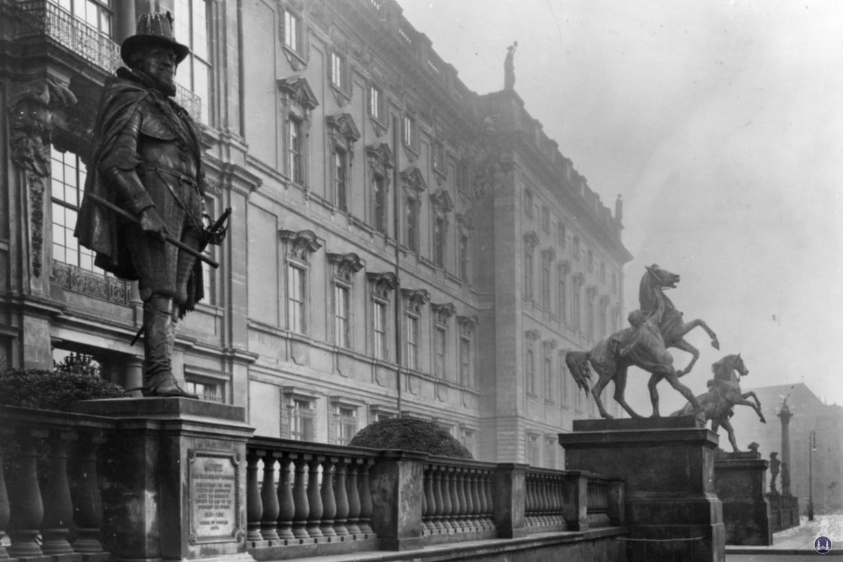 Das Berliner Schloss in Mitte. Historische Aufnahme der Schlossbalustrade.