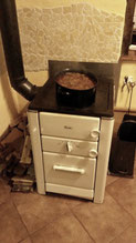 Nostalgisch-das Abendessen wird auf unserem Holzofen frisch zubereitet