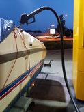 Betankung eines Bootes an der Tankstelle