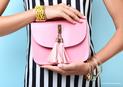 Versandreinigung-mueden.de, Geschäftskunden, Ledertaschenreinigung, Bild zeigt Dame mit rosa Lederhandtasche
