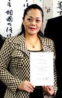 プロレベル歌手認定を中山義隆石垣市長に報告した来間高子さん=9日午後、市長室