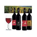Schwarze Weinflaschen mit Etiketten Glas mit Rotwein