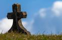 Foto eines Grabsteins als Hinweise für den Umgang mit dem Tod bei der Huntington-Krankheit
