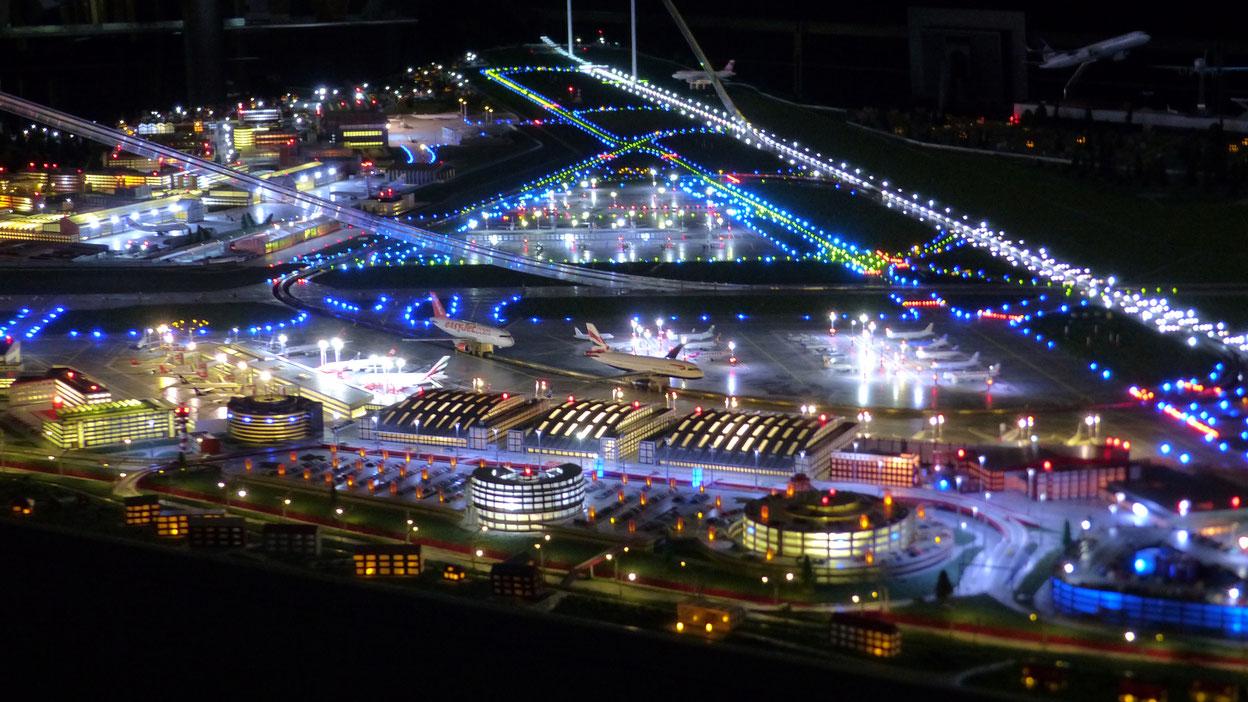 Das Flughafenmodell mit über 50.000 LEDs beleuchtet