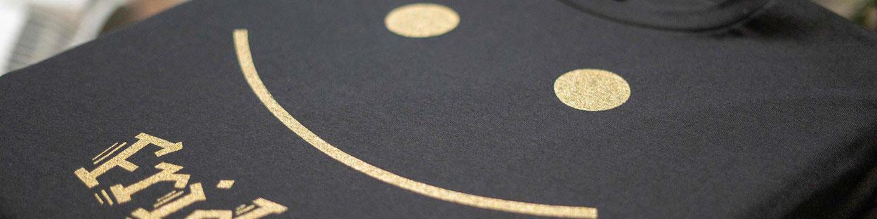 Feld Textil mit DTF Textildruck digital - Transferdruck digital und Stick individual - www.krawatten-tuecher-schals-werbetextilien.de - Textilveredlung und Corporate Fashion der nächsten Generation. Haltbar und einzigartig.