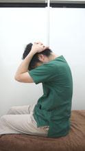 肩こりのストレッチ首後ろ~背中-②