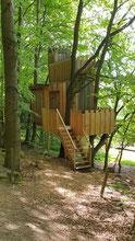 Ein Baumhaus wie ein Burg, im grünen Wald