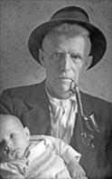 Brunnbauer-Opa mit Enkerl und Pfeife