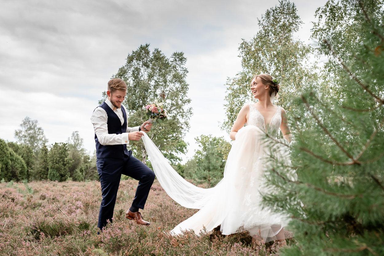Brautpaar  beim Brautpaar Shooting in der Lüneburger Heide - Hochzeitsfotografie von Hochzeitsfotograf Lüneburg FOTOFECHNER