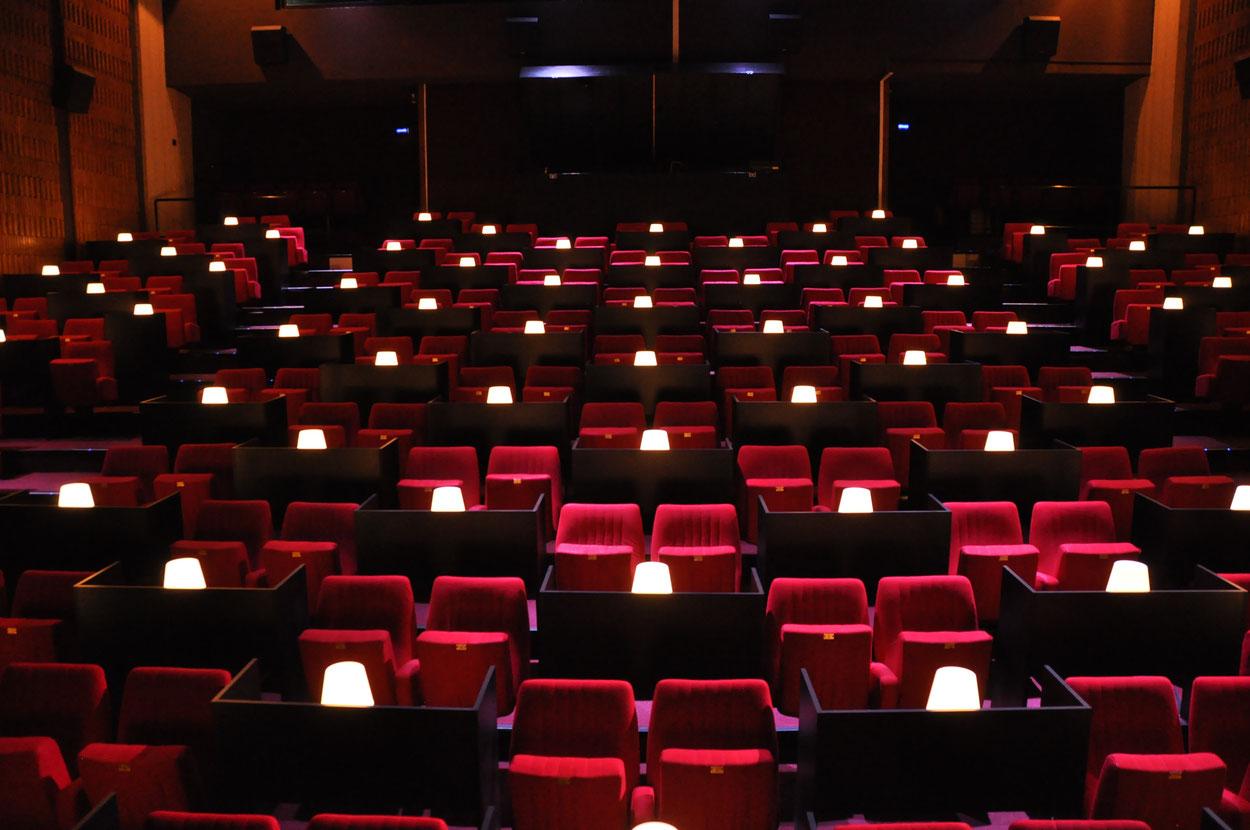 Configuration salle COVID19 / Cinéma : 160 places en duo ou 80 isolés + 4 emplacements PMR / Théâtre : 190 places ou 90 isolés + 4 emplacements PMR