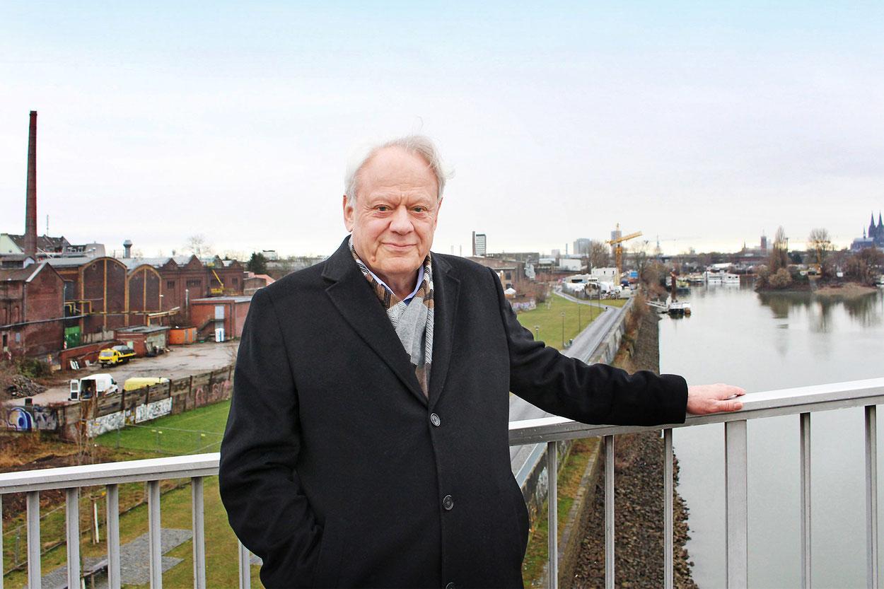 Norbert Fuchs auf der Katzenbuckelbrücke im Mülheimer Hafen. Foto: Eva Rusch