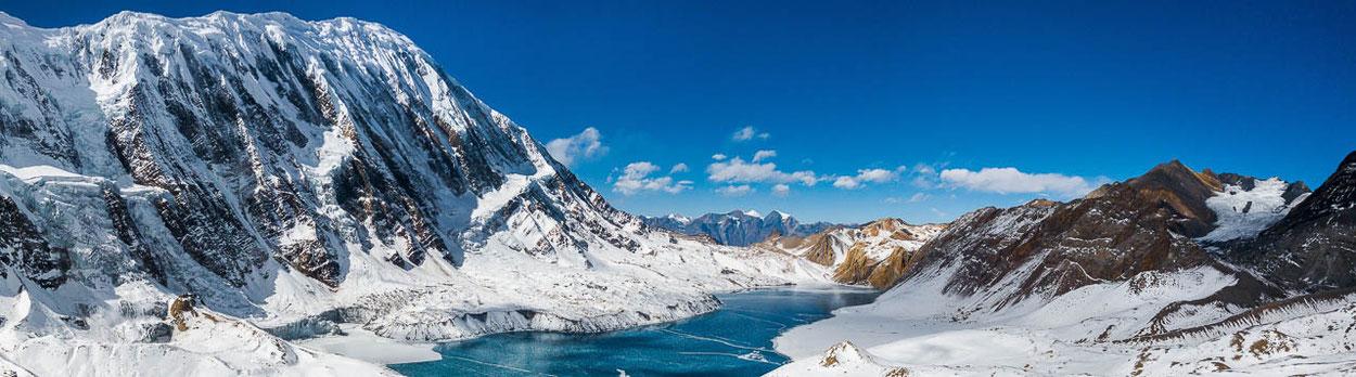 Tilicho-See hinter der Annapurna während des Trekkings Nar und Phu in Nepal