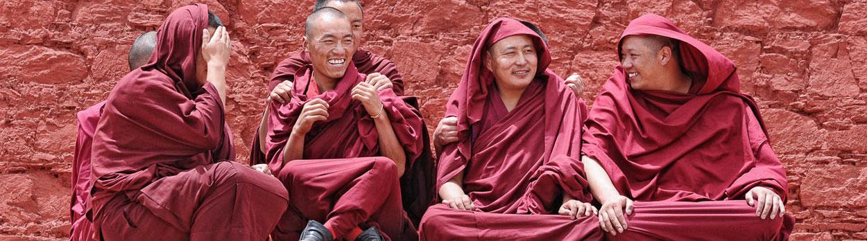 Buddhistische Mönche in einem Kloster in Tibet