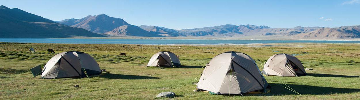 Zeltcamp während unseren Trekkings im Himalaya, hier ein Camp auf der Reise Sieben Pässe zum Tsomoriri, Camp in Riyul am Salzsee Tsokar