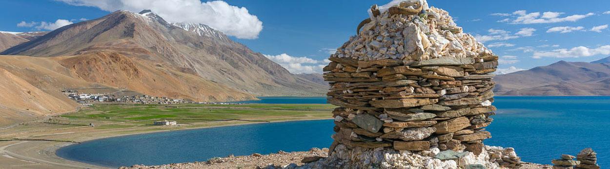 Trekking in Ladakh zum blauen See Tsomoriri - im Hintergrund der kleine Ort Korzok