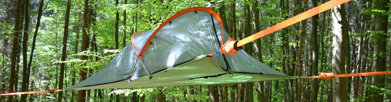 Baumzelt. Mit Zurrgurten gespanntes Zelt zwischen Bäumen.