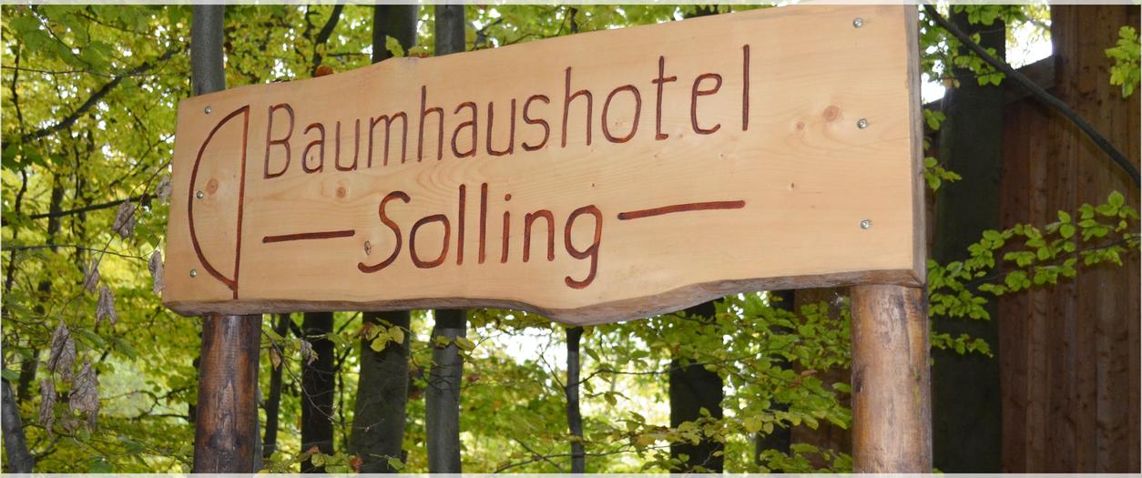 Holzschild mit der Aufschrift Baumhaushotel Solling.