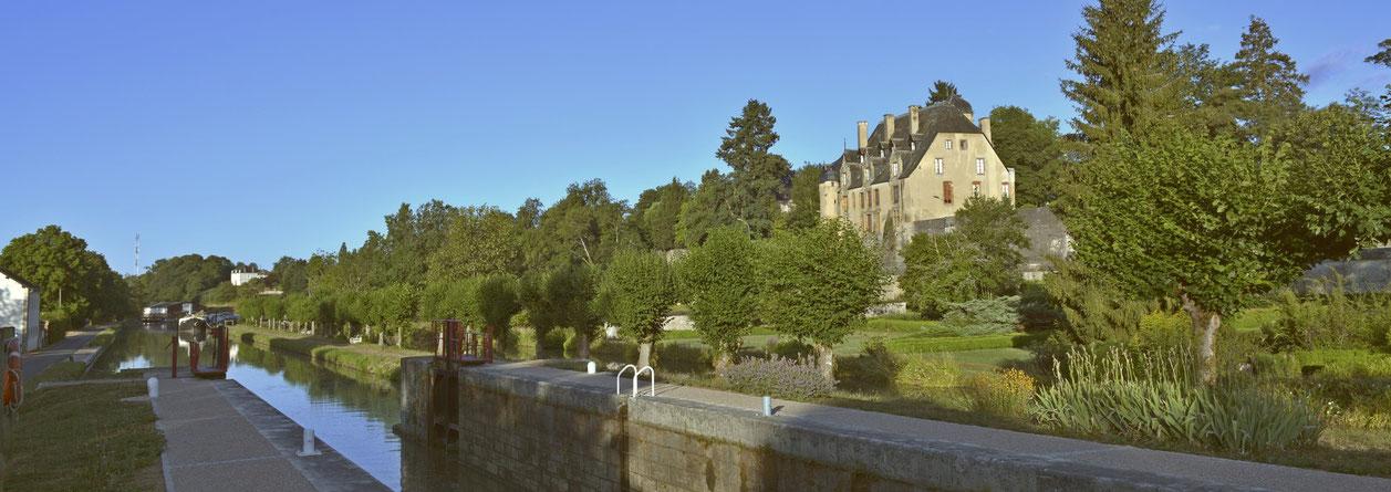 Canal du Nivernais, Chateau de Chatillon en Bazois... het is prachtig fietsen en wandelen over het jaagpad langs dit Canal.