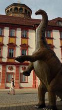 Dino vom Urweltmuseum dahinter Schlossturm