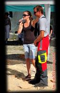 Strübi Speedkarvingsieger an der Schweizer Kettensägenmeisterschaft Volketswil mit Moderatorin Rubina Meixger
