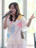 ライブで歌う成底ゆう子さん=9月30日午後、石垣リゾート
