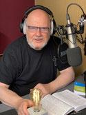 Waldemar Grab hinter dem Mikrophon im Cominghome-Studio