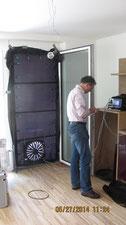 Tür mit eingebautem Ventilator für den Blower door Test, Dipl. Arch. ETH Johannes Breitling überprüft die Ergebnisse