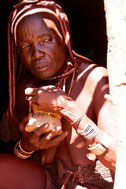 Himbafrau mit ihrem Parfum