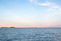 Photo marina ciel bleu rose à Carleton-sur-Mer dans la Baie des chaleurs en Gaspésie Québec Canada en été au coucher du soleil par Marie Deschene photographe Pakolla