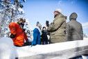 Groupe de personnes en forêt à un point de vue au bord d'un lac pendant l'hiver québécois durant une journée de team building dans les cantons de l'Est photo pour Évasions Canadiana prise par Marie Deschene photographe pour Pakolla