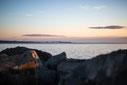 Photo coucher de soleil avec rochers et ciel bleu et rose Bas-Saint-Laurent Rimouski Québec Canada été fleuve par Marie Deschene photographe Pakolla
