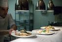 Photo du chef Olivier Perret en cuisine au restaurant le Renoir pour Tourisme Montréal par Marie Deschene