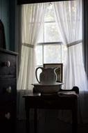 Photo intérieur maison chambre époque fenêtre Gaspésie Québec Canada par Marie Deschene photographe Pakolla