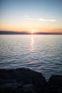 Photo coucher de soleil avec rochers et ciel bleu et orange Bas-Saint-Laurent Rimouski Québec Canada été fleuve par Marie Deschene photographe Pakolla