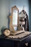 Photo intérieur maison époque chambre commode miroir fenêtre Gaspésie Québec Canada par Marie Deschene photographe Pakolla