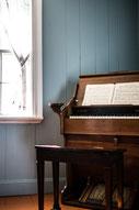 Photo intérieur maison époque piano bois fenêtre Gaspésie Québec Canada par Marie Deschene photographe Pakolla