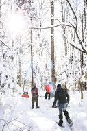 Photo d'une équipe qui fait une randonnée en raquettes en hiver pendant un team-building dans les cantons de l'Est au Québec pour Évasions Canadiana par Marie Deschene photographe pour Pakolla