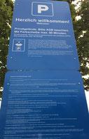 Schild an der Einfahrt zu einem Supermarkt-Parkplatz. Die Hinweise auf die Parkregelungen sind viel zu klein. Ein wirksamer Parkvertrag kommt daher nicht zustande.