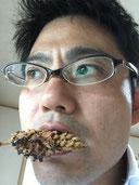 クズの花の唐揚げを食べるガーデンドクター柴ちゃん