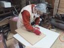 桐箪笥引き戸の手間のかかるロウ磨きです。