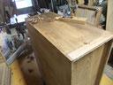桐箪笥の本体側板のカンナにて削り付けをしています。