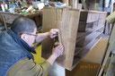 本側板を鉋をかけきれいな木地を出します。