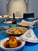 モロッコ料理教室表参道クラスの料理、タジン、ブリワット、パン、ブルーのテーブルクロス