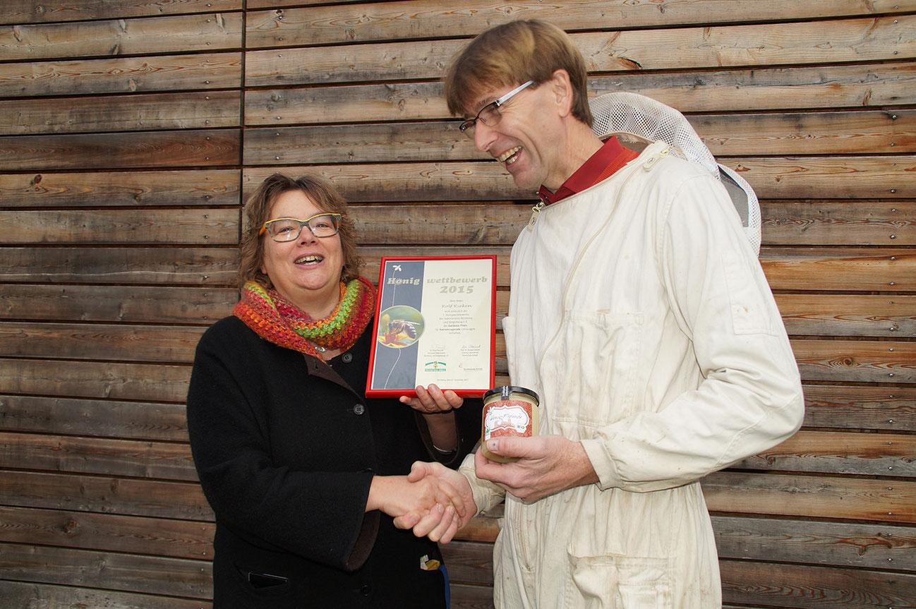 Bildunterschrift: Prof. Dr. Margot Steinel gratuliert dem Träger des goldenen Preises für den hervorragenden Honig Rolf Rieken