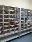 Postsortierregale mit PLexitüren und Einwurfschlitz