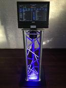 een muziekcomputer op verlichte truss paal