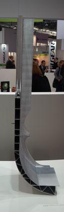 Segment eines MIG und reibrührgeschweißten Aluminium-Wagenkastens der Wuppertaler Schwebebahn auf einem Messestand der Hammerer Aluminum Industries (HAI)
